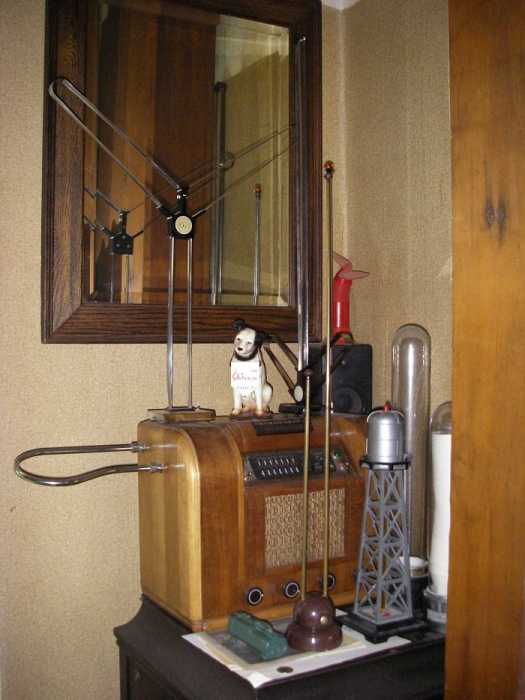 moog theremin kit in rca table radio and rabbit ears. Black Bedroom Furniture Sets. Home Design Ideas